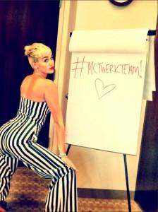 1 224x300 Sexy fotky Miley Cyrus z Twitteru.Svatba na spadnutí?